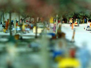 dettaglio plastico architettura persone piazza cittadina