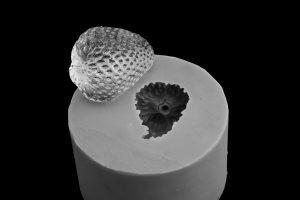 replica in silicone di fragola per installazione artistica